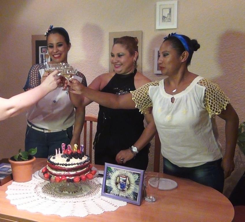 Mburukuja brinda con Fany en su cumpleaños
