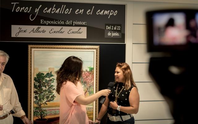 Reportaje durante la exposición en Alicante